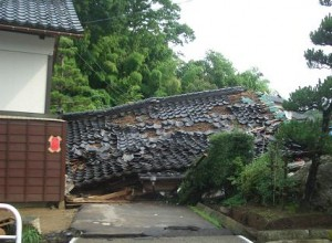 地震で倒壊した家屋1